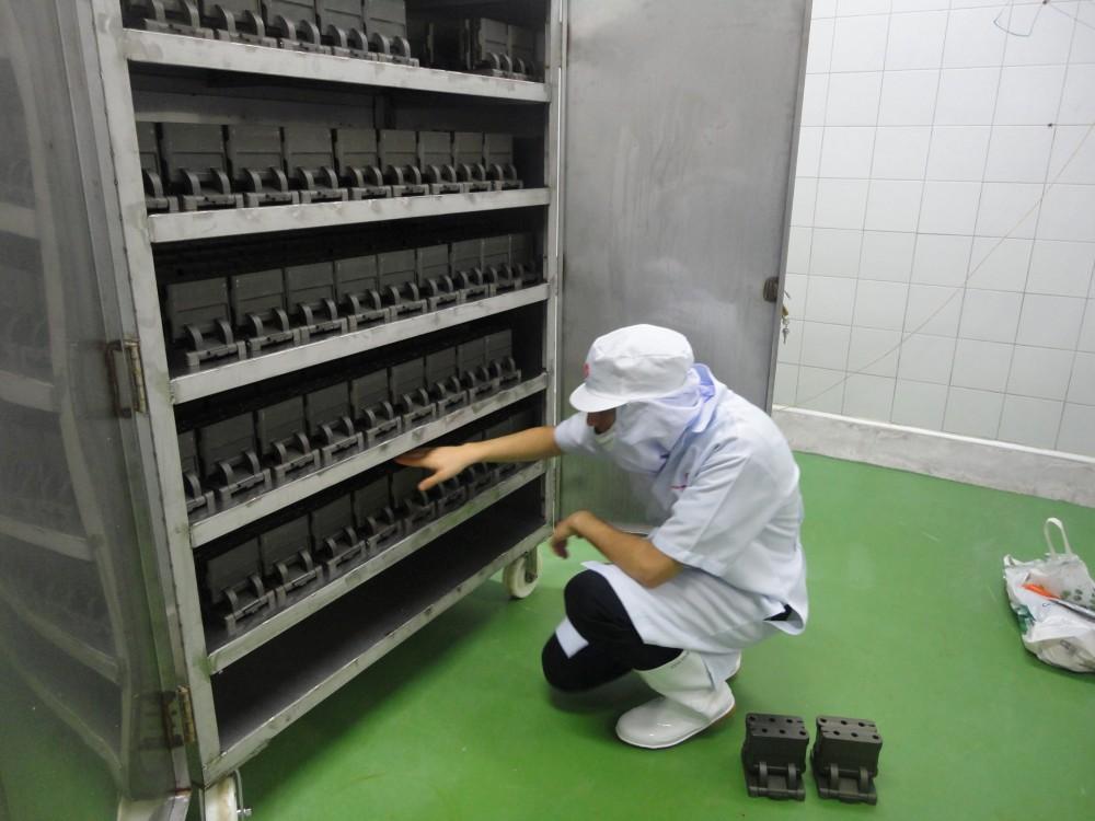 Les moules Kacher sont démontés et remisés dans une armoire